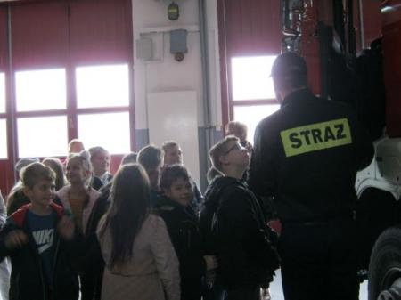 Uczniowie klas trzecich w Komendzie Powiatowej Państwowej Straży Pożarnej w O